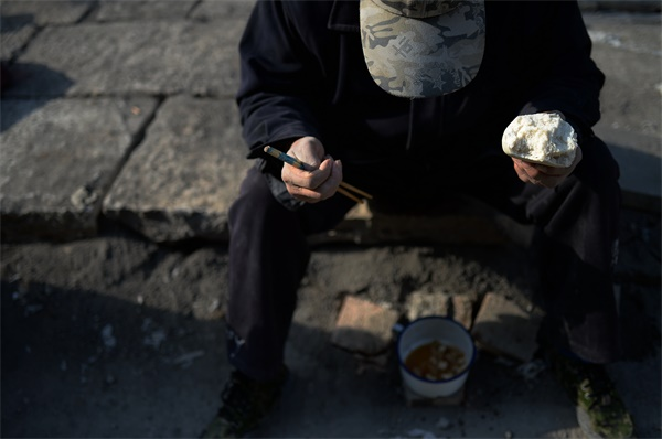 芙蓉街铺路石匠都是50后 每天往返百公里