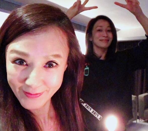 十分羡慕!佘诗曼为好友庆生 网友:上天啊我也想要一个这样的姐妹!
