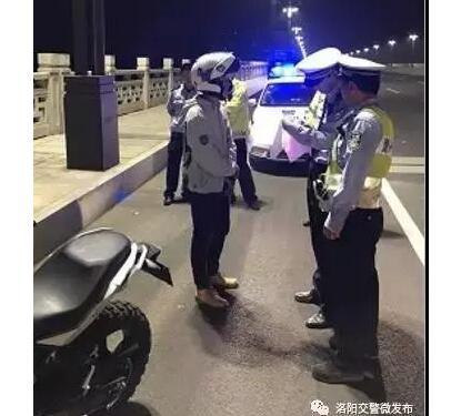 自以为很酷?上海炸街族罚单 震耳欲聋的摩托车车手被称