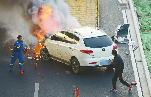 车祸现场车辆爆燃蹿火苗 拖车员奋力扑救来不及害怕