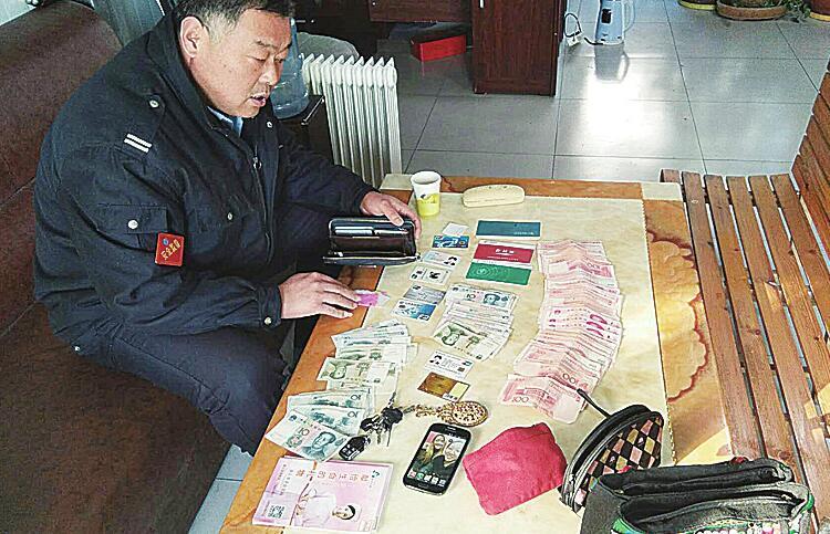 """公交司机变身""""雷锋"""" 11万元财物完璧归赵"""