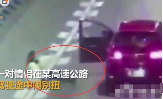 [实拍]女子横卧高速路场面惊悚 令人窒息的操作令网友汗颜愤怒