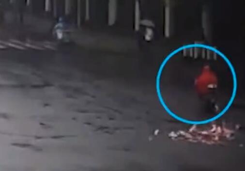一张都没少!上海现金撒落街头交警帮捡回 这才是为人民服务的榜样!
