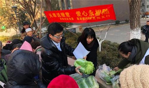 龙洞街道:爱心白菜进社区 吃在嘴里暖在心里