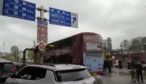 [现场曝光]武汉公交车被削顶是怎么回事?背后原因详情始末惊呆网友