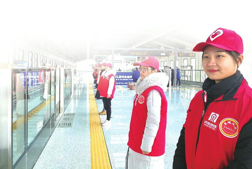 """地铁""""红马甲""""温暖正能量 首批泉城义工地铁志愿者上岗"""