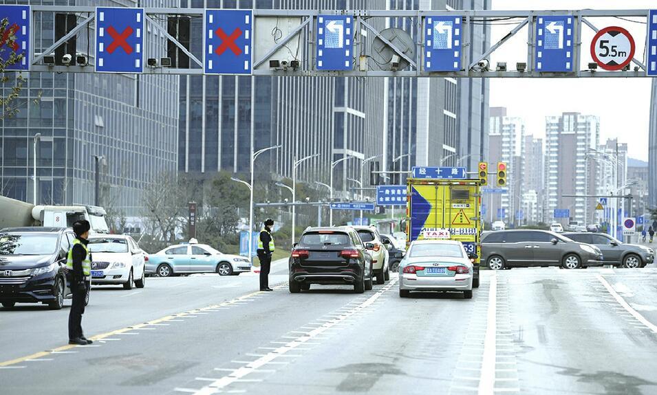 """济南交警首创""""分区拓展式信号控制系统"""" 3个车道可左转"""