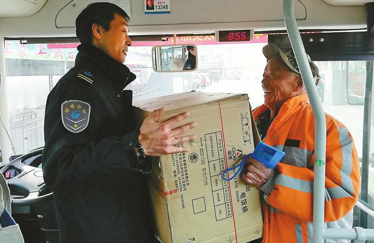 """813路公交车司机陈明强吃住在村里,被村民誉为深山里的""""摆渡人"""""""