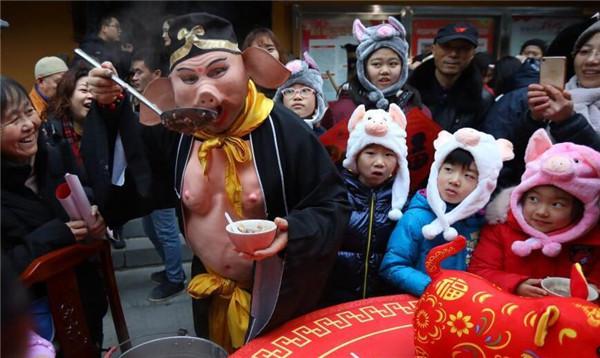 亮瞎眼!猪八戒玄奘寺发粥 与属猪的老人孩子们同喝喝腊八粥