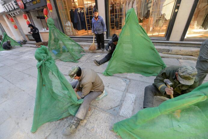 济南:芙蓉街上千石板美颜 数十万锤打凿出平坦路