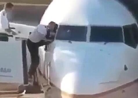 飞行员忘带钥匙 爬窗的一幕被拍到仍是蛮搞笑的