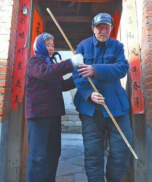 章丘古稀夫妇一个耳背一个视障 她牵着他相濡以沫