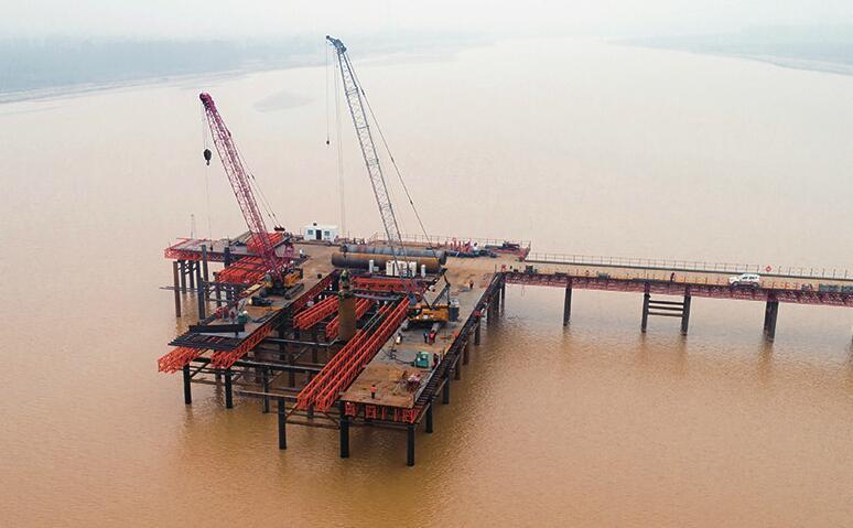 凤凰黄河大桥水中主墩开钻