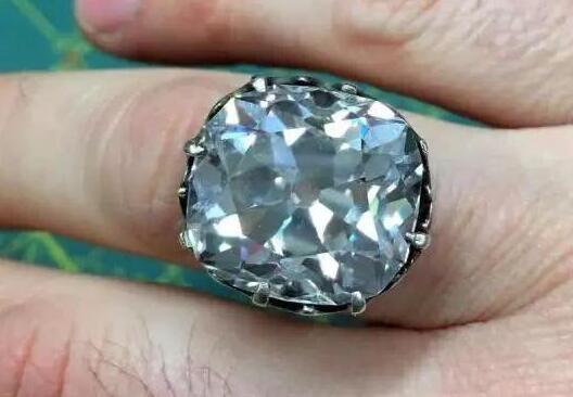 惊呆了!买了枚玻璃戒指竟是真钻戒 价值高达6