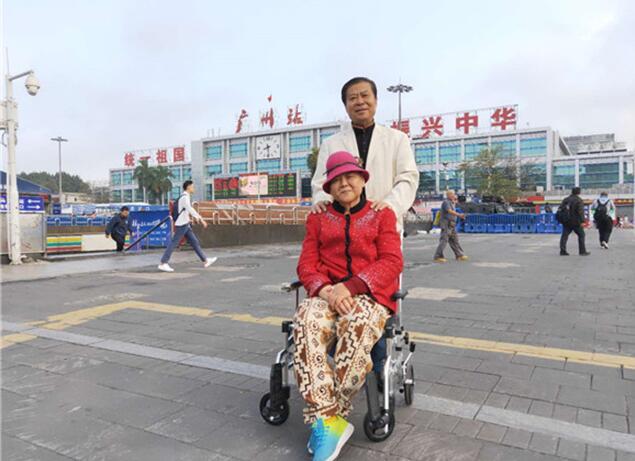 济南好人房泽安轮椅推着老伴看世界