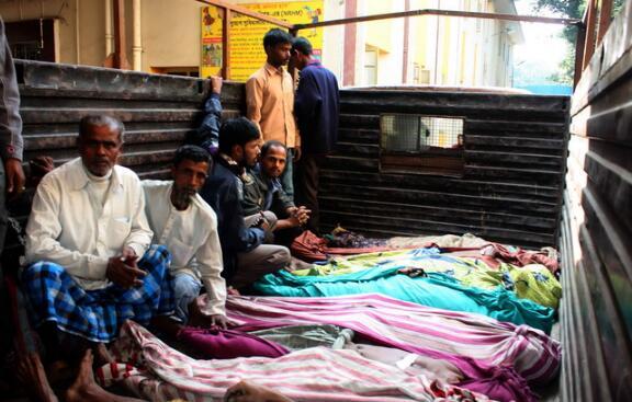 危险!印度假酒百人死亡 数个村庄的村民曾在葬礼上聚会