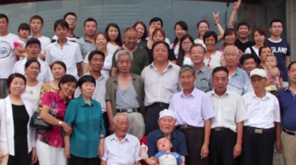 人丁兴旺!祖孙五代接力喊爸 103岁老人大家族有62人