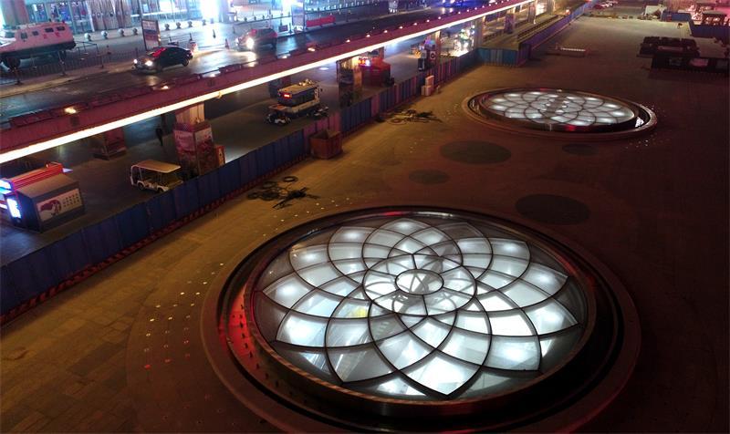 """济南西站广场盛开""""玻璃双花"""""""