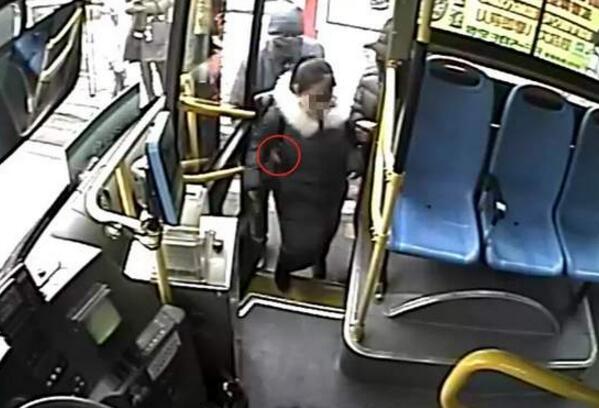 """燃炸了!公交车追小偷 为霸气""""管闲事""""的他点个赞!"""
