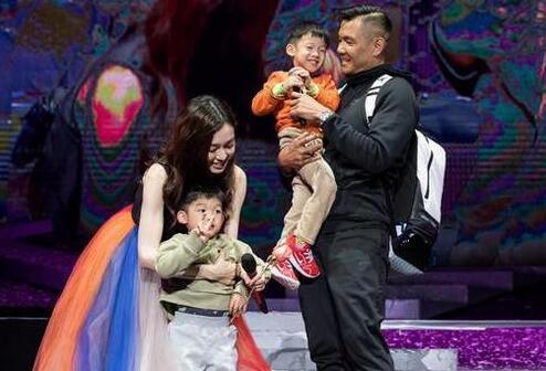 范范懵了!陈建州情人节惊喜 父子三人上台送玫瑰花范范感动到掉泪
