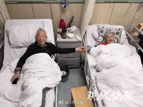 耄耋夫妇病房牵手:愿有人陪你情窦初开 也能陪你两鬓斑白