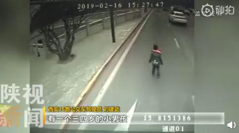 三岁男童车流穿梭:哭着喊着找妈妈 好心乘客把小孩抱上车