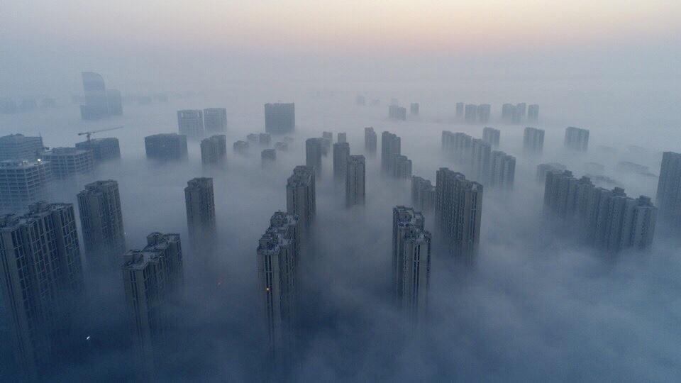 泉城现平流雾奇观 大雾约10层楼高