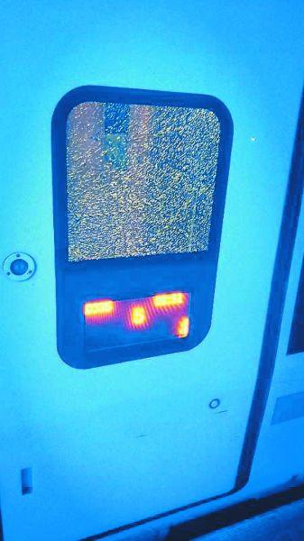女子砸毁动车玻璃:情侣闹矛盾将车门玻璃砸出了蛛网状裂纹