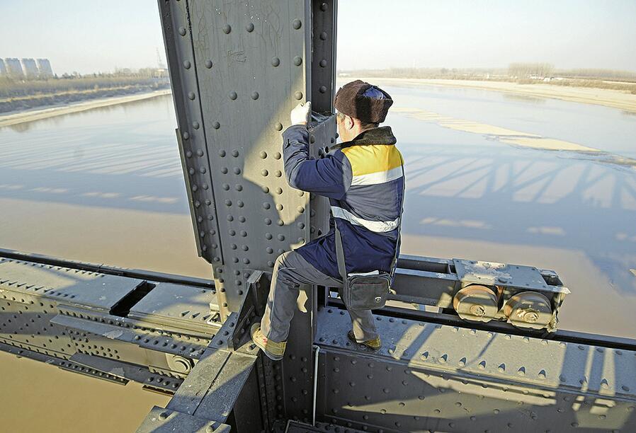 视觉:百年黄河铁路大桥守桥人