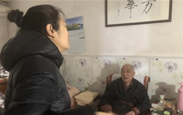 山大路街道百花公园社区: 亲情热线关爱空巢老人