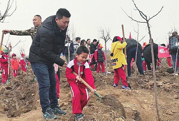 周末不少家长带着孩子走进景区植绿护绿