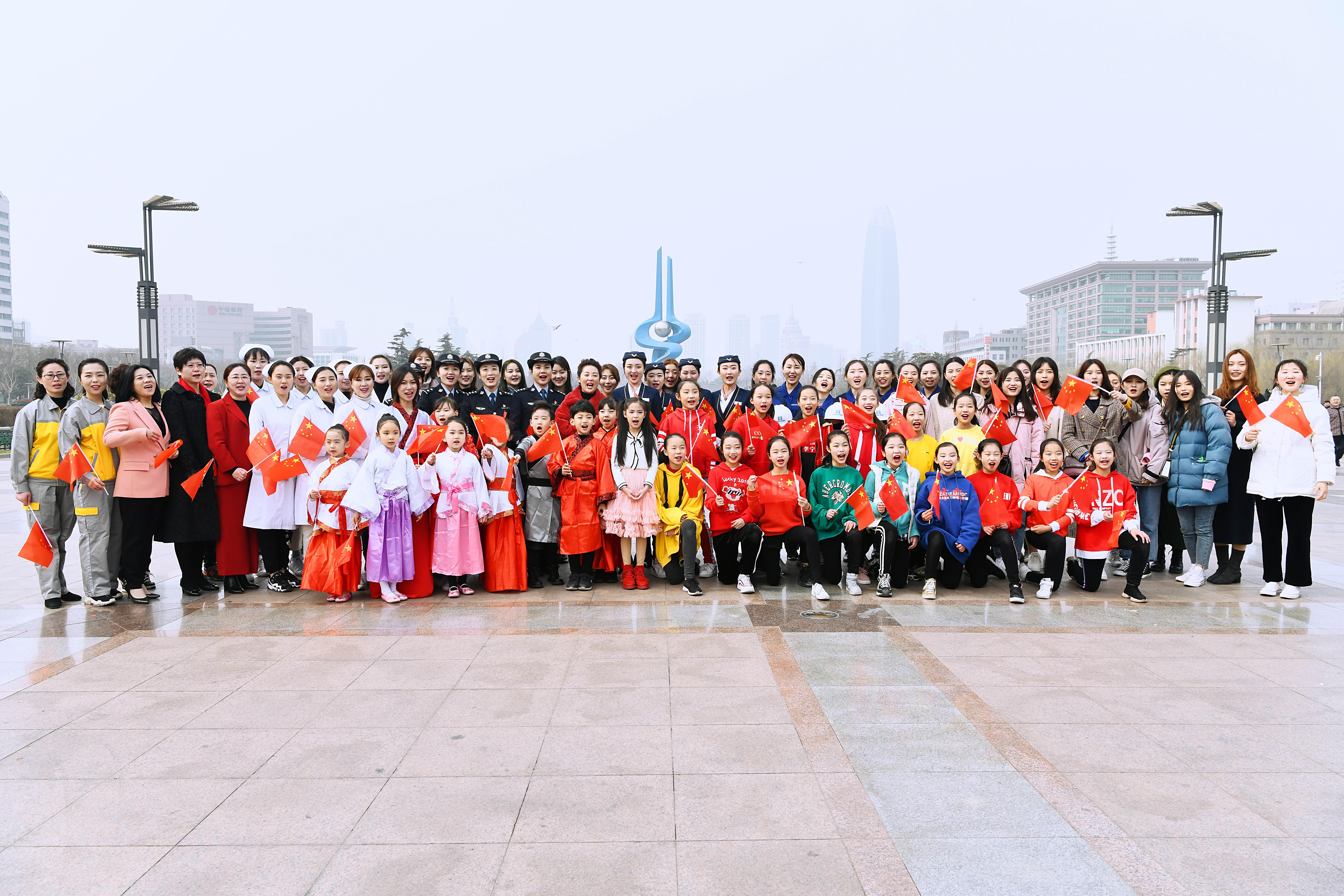 """济南泉城广场现""""快闪""""千人唱""""祖国"""""""