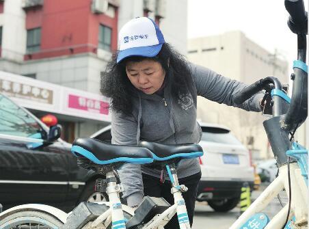 """泉城""""单车女猎人""""专挑累活儿干 半年义务解救上千辆共享单车"""