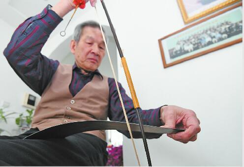 """济南八旬高级工程师会用""""锯""""拉琴 希望能有音乐老师传承"""
