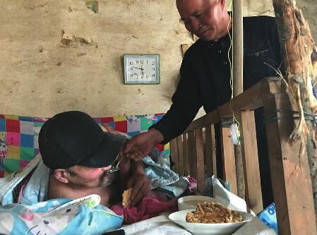 济阳64岁老人天天为发小喂饭擦身 在他眼里情谊是一辈子的