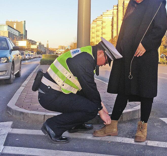 """警察街头蹲下身子为孕妇系鞋带 这是济南""""最帅的弯腰"""""""