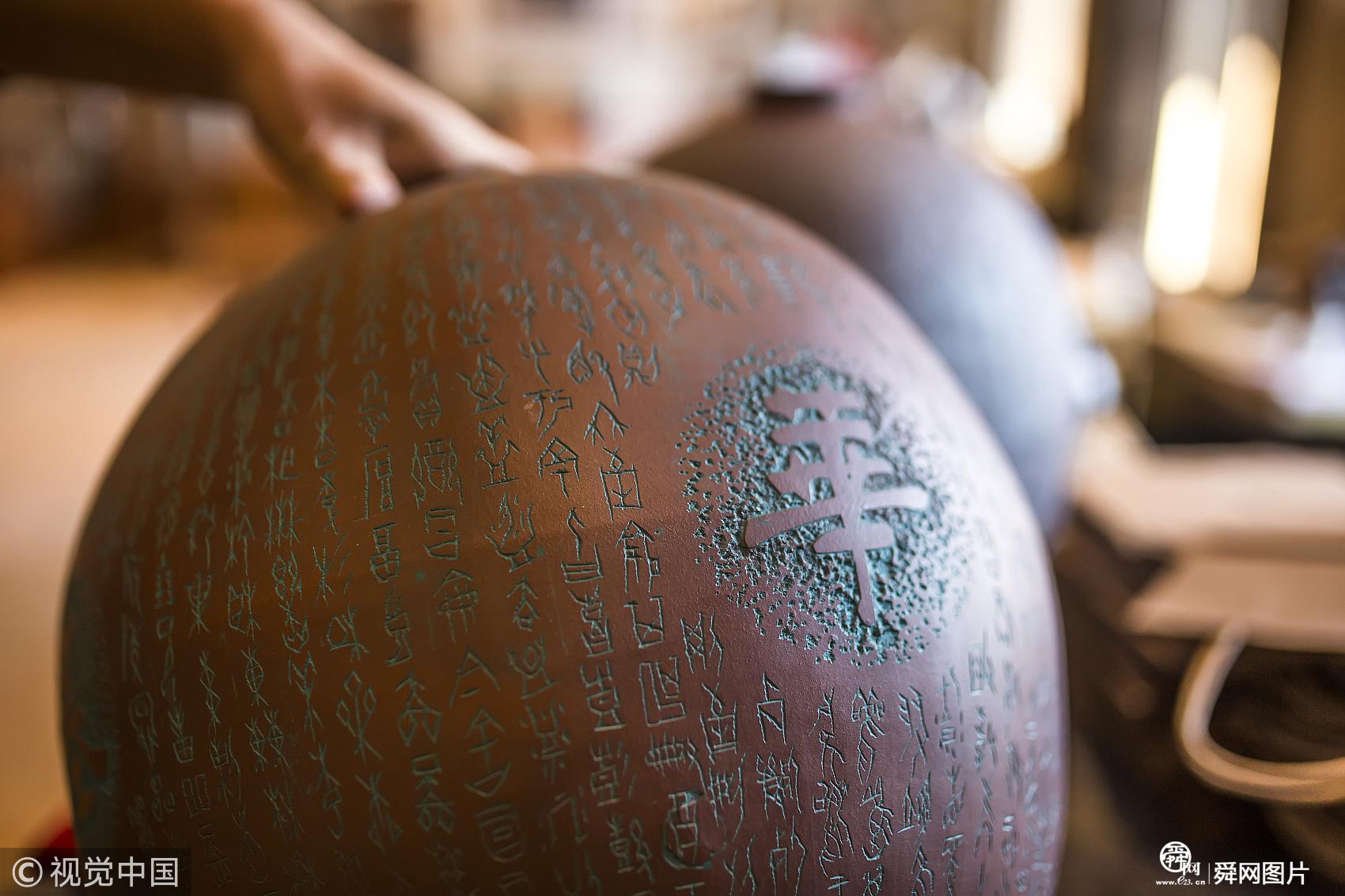 山東濱州男子創作中華傳統文化系列紫砂瓶 刻繪甲骨文2606個