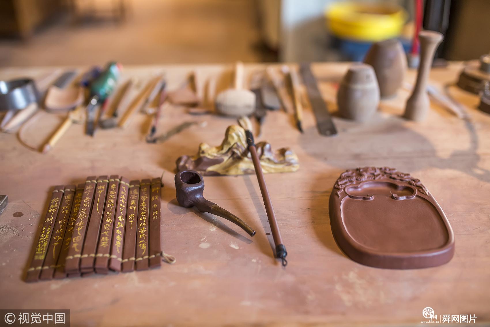 山东滨州男子创作中华传统文化系列紫砂瓶 刻绘甲骨文2606个