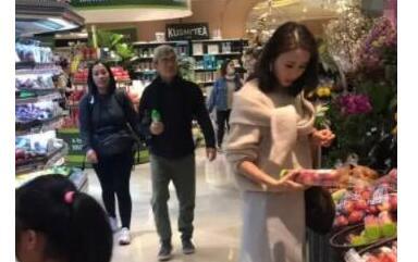 黎姿逛超市被偶遇 与两个女儿和...