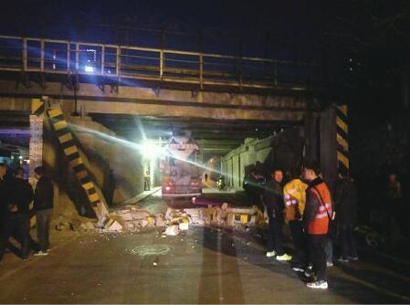 济南:水泥搅拌车撞断限高杆 砖块掉落落砸伤过路骑车人