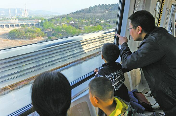 增开列车应对客流高峰 地铁助推假日经济沿途景区嗨翻了