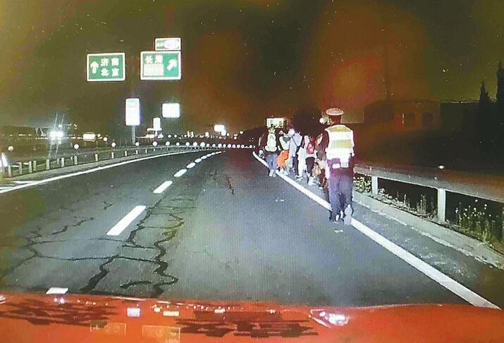 夜晚大巴车高速抛锚 济南交警打灯护送53人转移