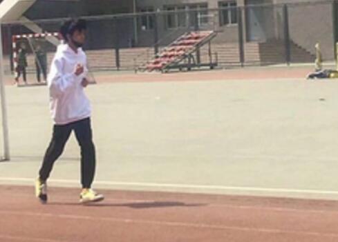 王俊凯回校体测 小凯穿白色卫衣,黑色运动裤在操场跑道上跑步