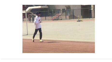 偶遇了吗?王俊凯回校体测 身穿白色卫衣青春气息十足