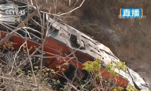 中铝货运火车脱轨 运输铝矿石自备火车倾覆