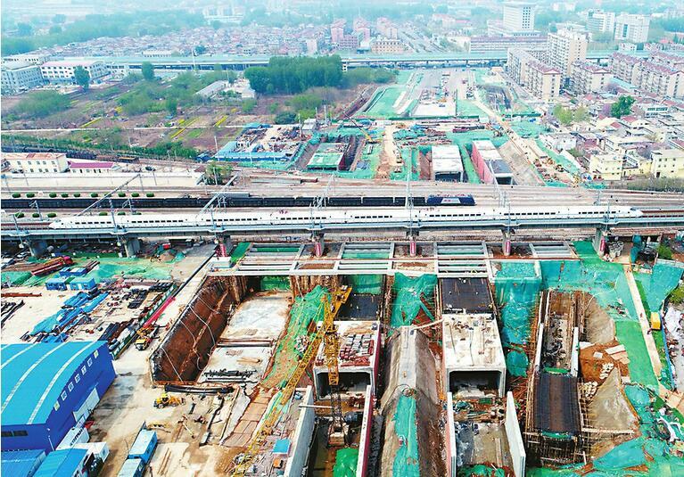 刘长山路西延段白马山隧道 下穿14条铁路线框架桥和U框呈现雏形
