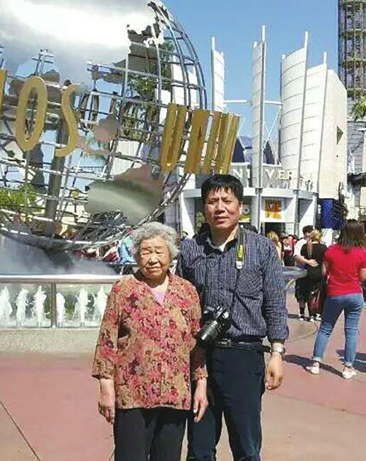 这位汉子每年都带老母亲旅游 17年走过近20个国家