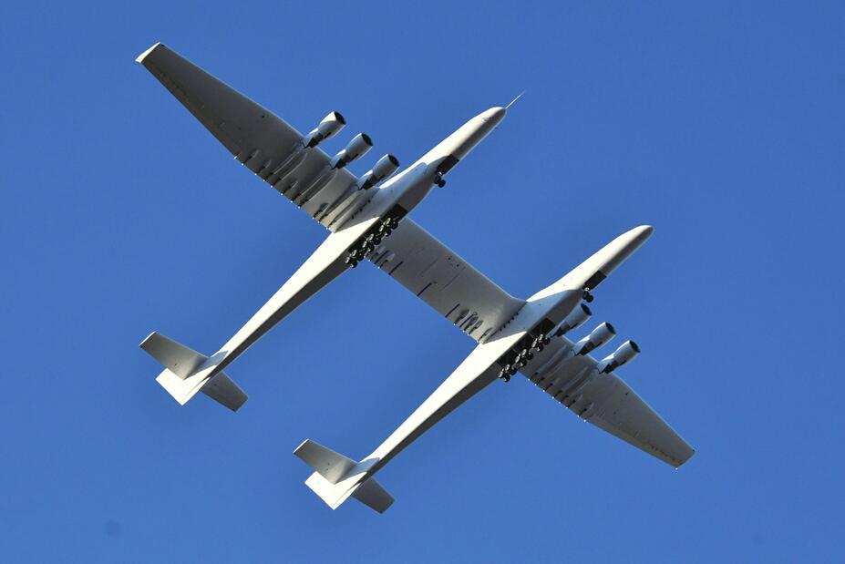 世界最大飞机成功首飞 双机身设计 有6台发动机