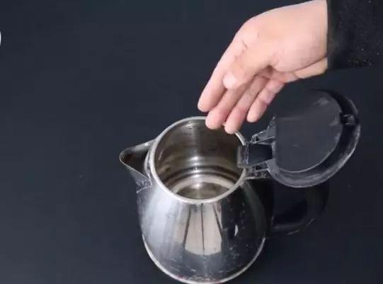 電熱水壺只用不洗?只需一招水垢自己往下掉