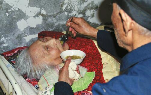 八旬老汉照顾瘫痪妻 26年如一日寸步不离